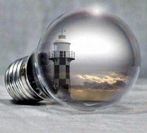 foto di una lampadina con il faro dentro